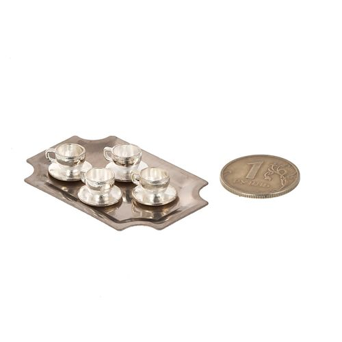 Набор металлические чашки с блюдцами на подносе